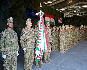 NATO medált kaptak a magyar katonák Koszovóban