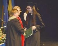 Megkapják diplomájukat a végzettek