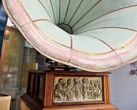 Százéves gramofon a Tornyai-múzeum kirakatában