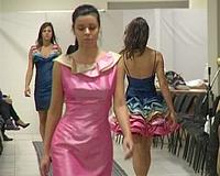 Műsoros divatbemutató az uszoda galérián